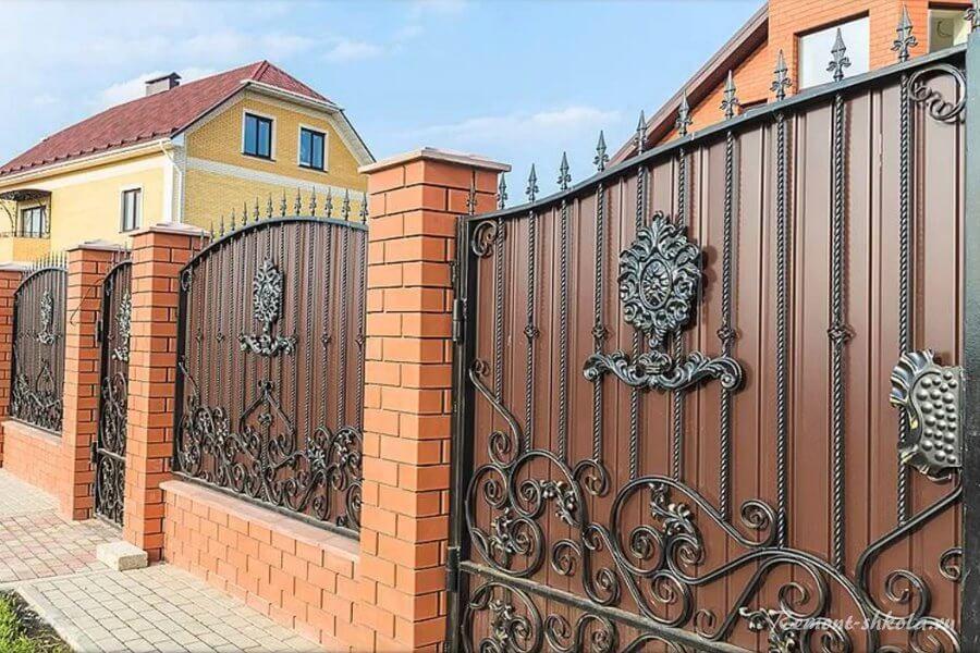 Забор из профнастила с кирпичными колоннами.