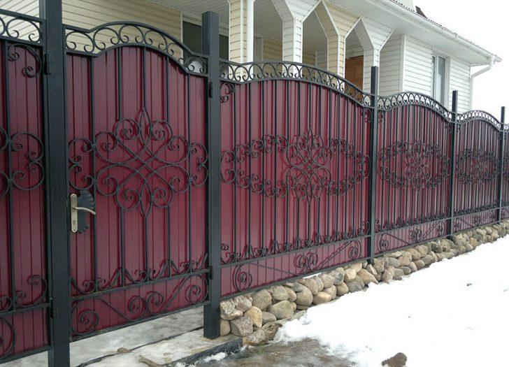 Забор из профнастила с ковкой.
